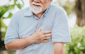 nm-ten-signs-cardiologist_listicle_chest-pain